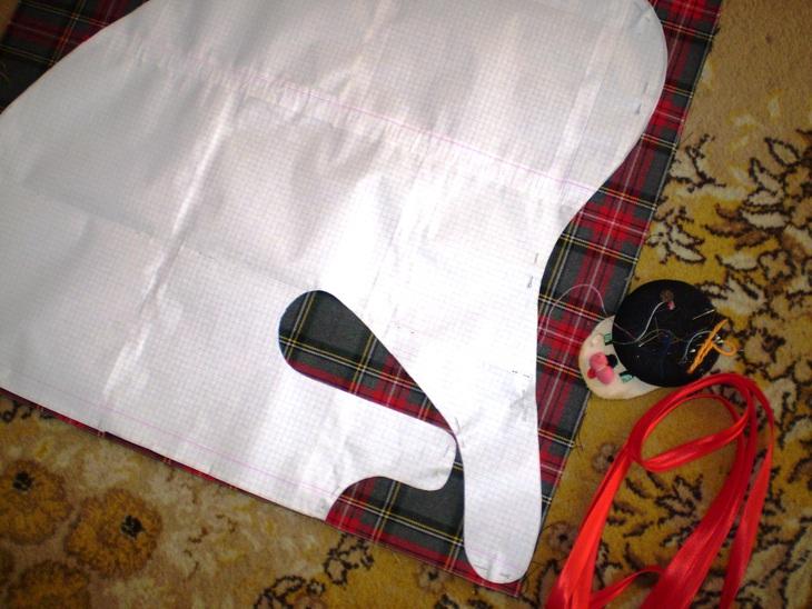 Разложить выкройки сарафана и кармашка на ткани, обвести мелком.